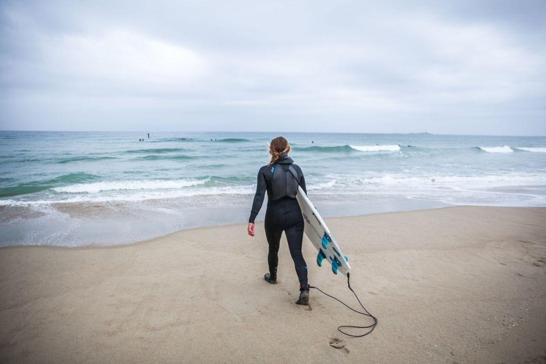 Dame med surfbrett Sola Jæren