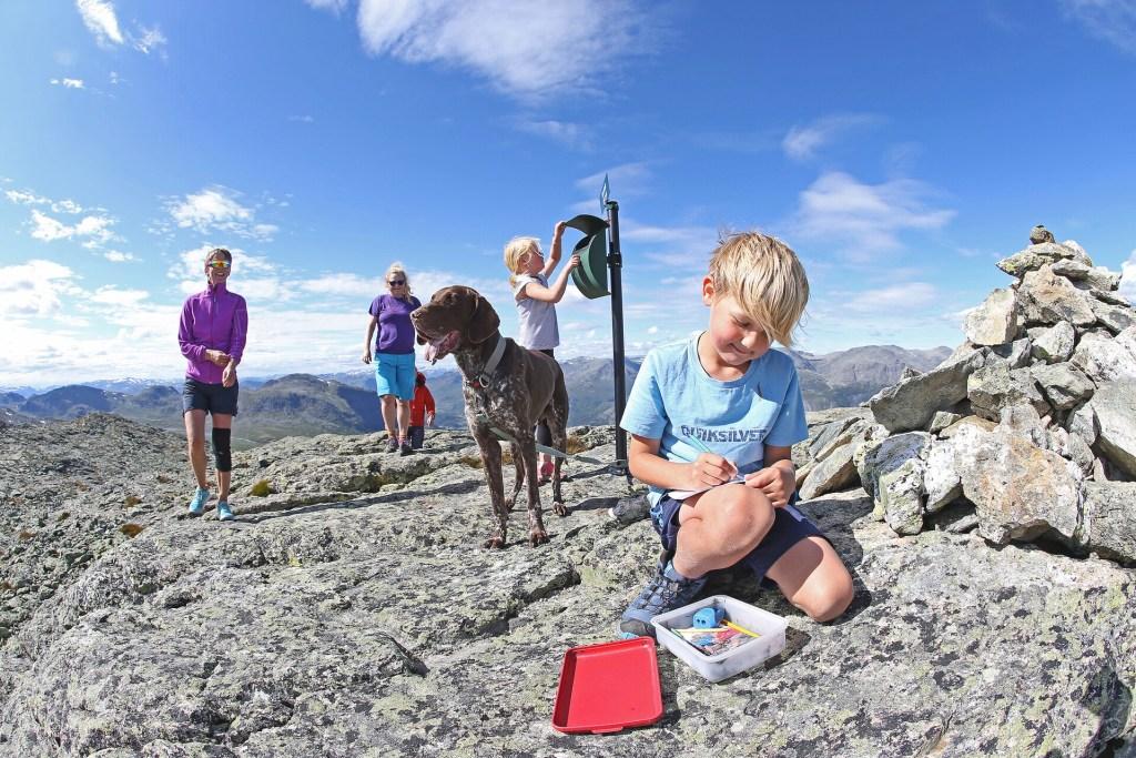 Voksne barn og hund i fjellet Hemsedal