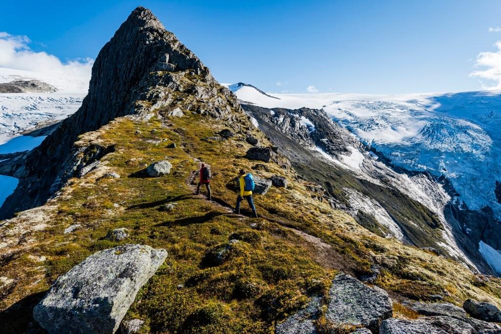 To personer på vei opp til Kattanakken i Nordfjord
