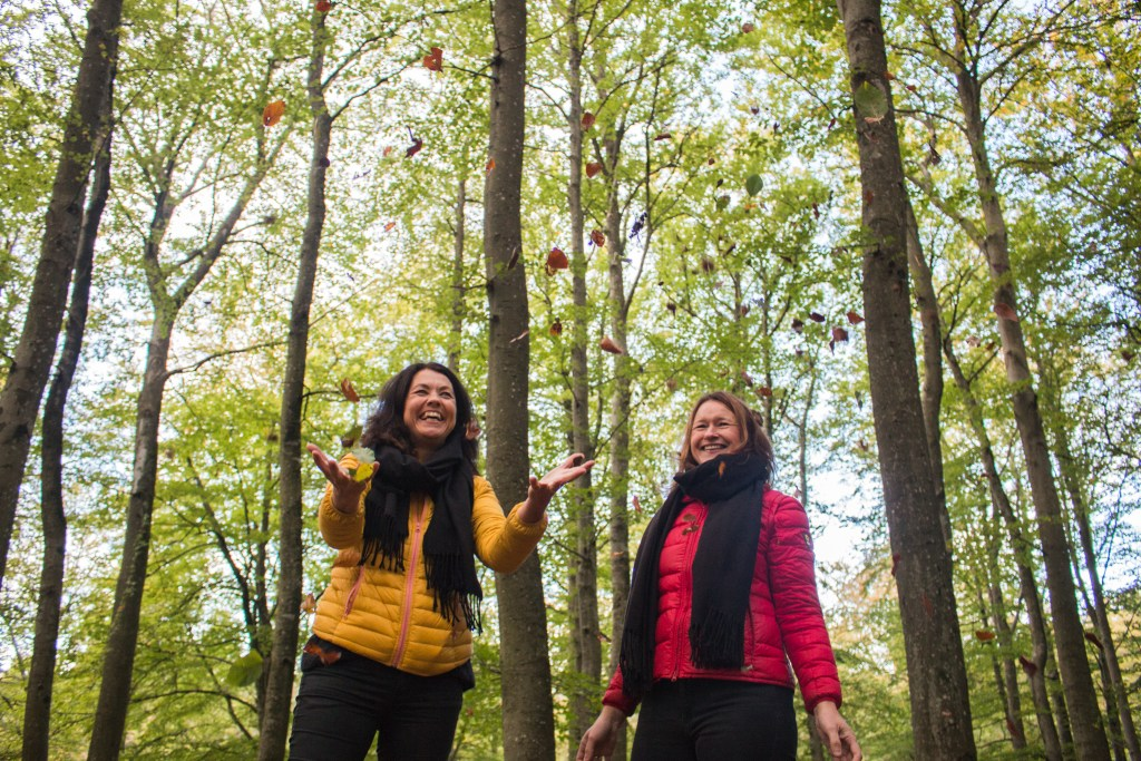 To damer i skog Larvik bøk