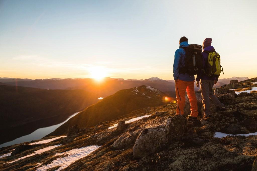 Nordfjord Hoven solnedgang et par vandrere med ryggsekk