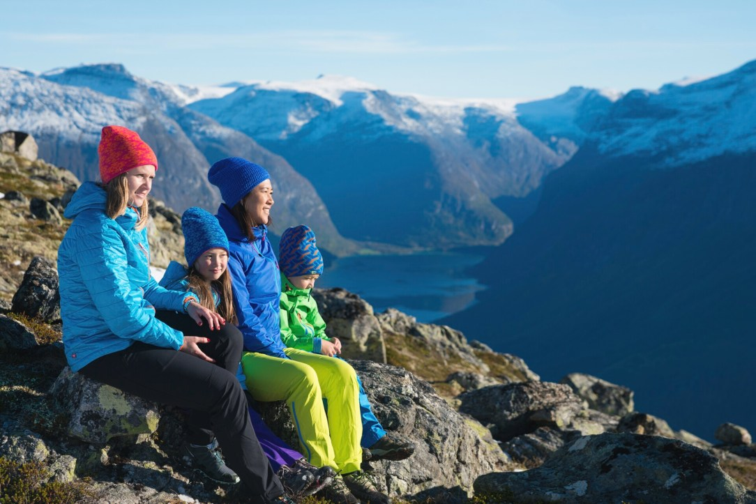 To damer og to barn utsikt Hoven fjell sol