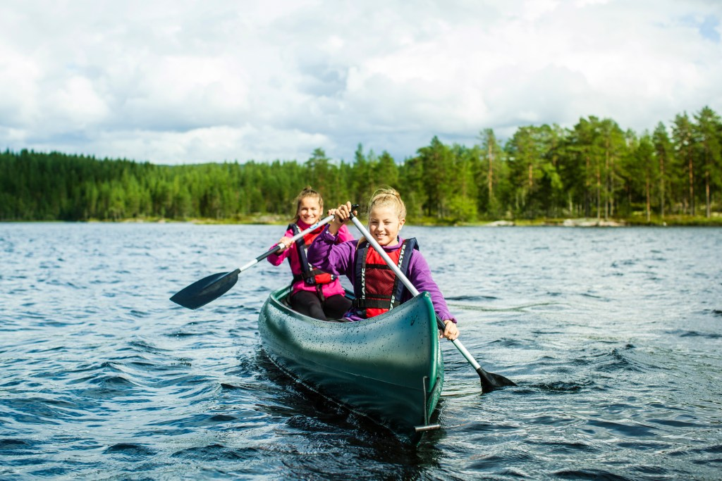Jenter padler kano