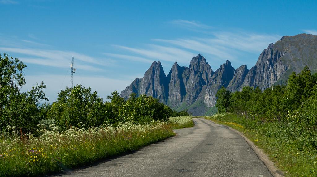 Nasjonal turistveg Senja like ved Tungeneset med de karakteristiske fjelltoppene Okshornan i bakgrunnen. Foto: Trine Kanter Zerwekh