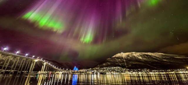 Polarna svetlost u gradu Tromso, Norveška / Northen lights in Tromso Norway