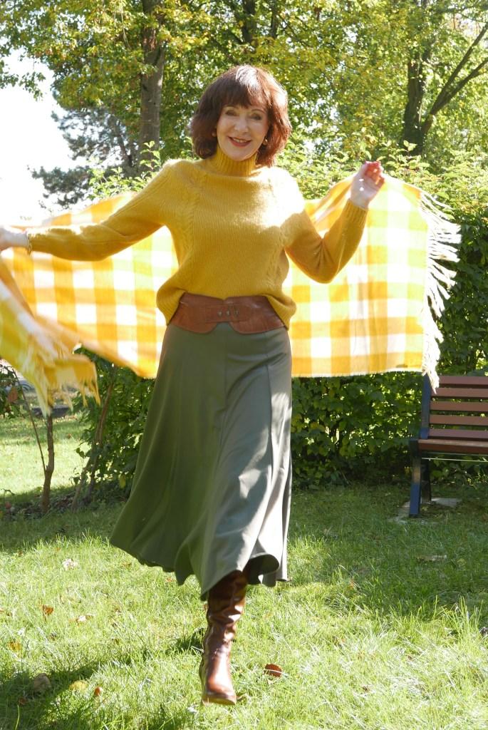 Die schönsten Styles für einen grünen Midirock-gelber Pulli