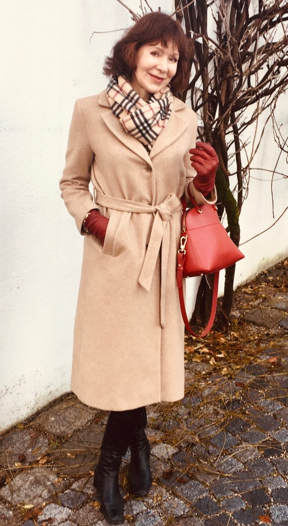 camel coat mit schwarz-rot