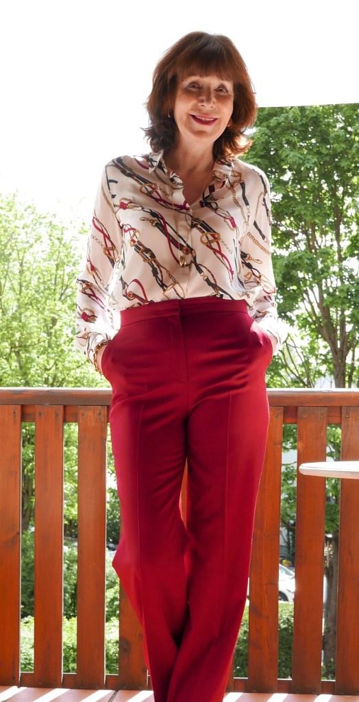 bedruckte bluse mit roter hose