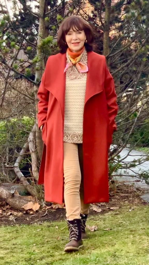 Wie man einen Mantel in der Trendfarbe Rost stylt