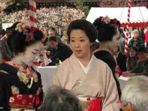 Geisha-and-two-maiko