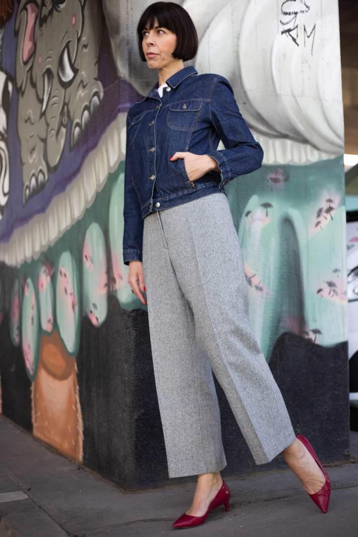 Dunkle Denim Jeansjacke komplett gestylt