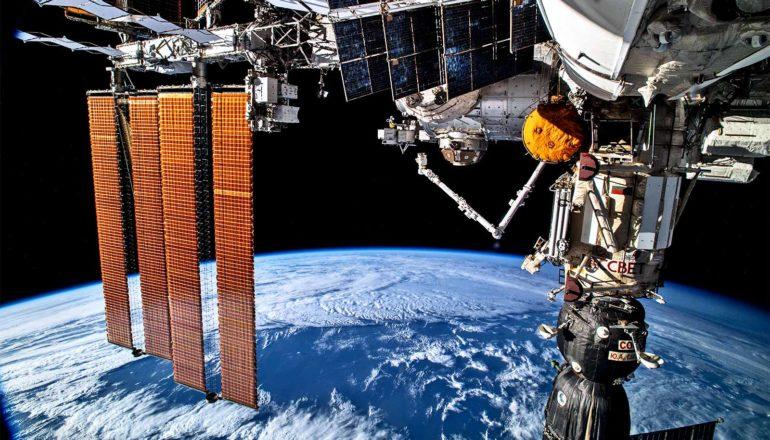 """Team ontsteekt 'koele vlammen' in microzwaartekracht van de ruimte  Onderzoekers hebben een geheel nieuwe klasse van vuur gedocumenteerd, sferische koele diffusievlammen, toepasselijk """"koele vlammen"""" genoemd. Het creëren van dit unieke vuur vereiste een even uniek laboratorium: de microzwaartekrachtomgeving van de ruimte. Onderzoekers documenteerden deze zwakke, stille vlammen aan boord van het internationale ruimtestation. """"Het ruimtestation is een laboratorium als geen ander"""", zegt Richard Axelbaum , hoogleraar milieutechniek aan de afdeling energie, milieu en chemische technologie van de McKelvey School of Engineering aan de Washington University in St. Louis. """"Door experimenten in microzwaartekracht uit te voeren, konden we een vlam waarnemen die op aarde gewoon niet zou bestaan. Dit soort ontdekkingen maakt het ruimtestation zo waardevol voor wetenschappelijke verkenning.""""  Hete vlammen (links) maken plaats voor koele vlammen (rechts). (Tegoed: Peter Sunderland/U. Maryland) De ontdekking zelf transformeert het begrip van onderzoekers van wat vuur kan zijn en wat vuur kan doen, zegt hoofdonderzoeker Peter Sunderland, een professor aan de Universiteit van Maryland. """"Het doel van ons onderzoek is om inzicht te krijgen in de specifieke processen die plaatsvinden in sferische koele diffusievlammen. Als we kunnen begrijpen en modelleren hoe ze werken, kunnen we misschien koele vlammen gebruiken om een nieuwe klasse schone verbrandingsmotoren te ontwerpen."""" Voor het eerst waargenomen tijdens een experiment waarbij een brandstofdruppel aan boord van het International Space Station (ISS) in 2012 werd verbrand, verschenen de koele vlammen slechts kort voordat de vloeibare brandstof op was. De waarneming katalyseerde een opkomend, snel groeiend veld in verbrandingsonderzoek. De vlammen zijn ook enigszins mysterieus: nog maar 10 jaar geleden hadden onderzoekers ze alleen theoretisch voorspeld. In deze nieuwe experimenten observeerden onderzoekers voor het eerst koele bolvo"""