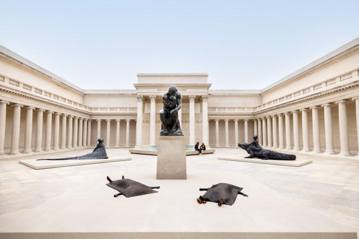 Wangechi Mutu's sluwe en imposante overname van een San Francisco Museum