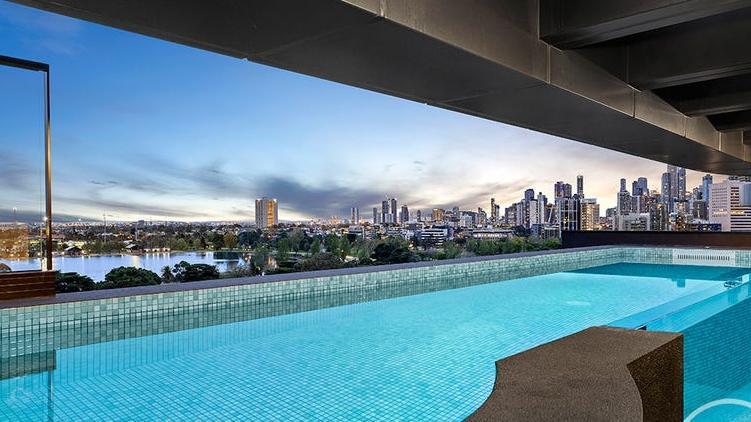 Luxe penthouse van $ 7 miljoen heeft een eigen balkonzwembad, uitzicht op het Albert Park-meer
