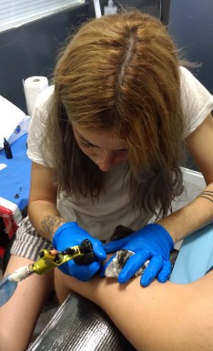 Sara Martínez, 26 años, es estudiante de artes plásticas y ha empezado a tatuar desde hace un año y medio. Foto: Victória Netto