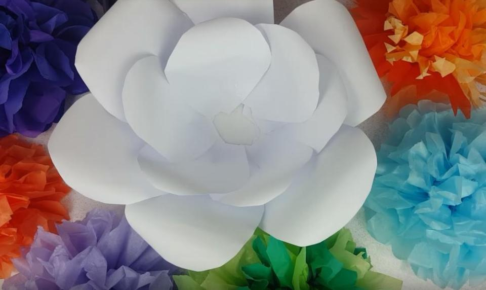 How to make giant paper flowers for wall decoration in 5 easy steps how to make giant paper flowers assembling petals mightylinksfo