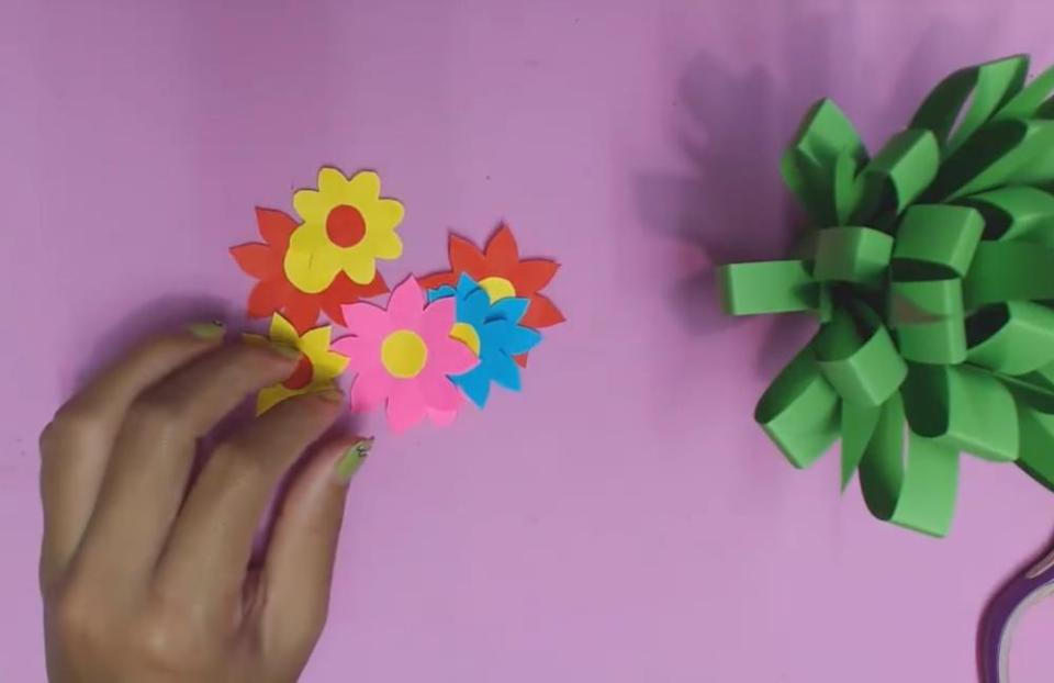 How to make super easy diy paper flowers for kids paper flowers for kids shaping the flower mightylinksfo