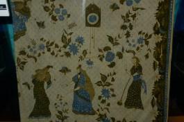 Kalau Kumpeni bikin batik: batik Cinderella. Bagus juga kalau ada orang jaman sekarang yang bikin seperti ini lagi.