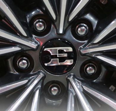 kia stinger small wheel cap close up