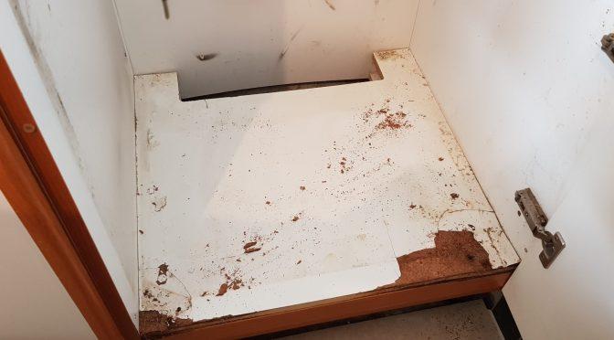 Resserrer une charnière était l'occasion de réparer le fond du meuble…