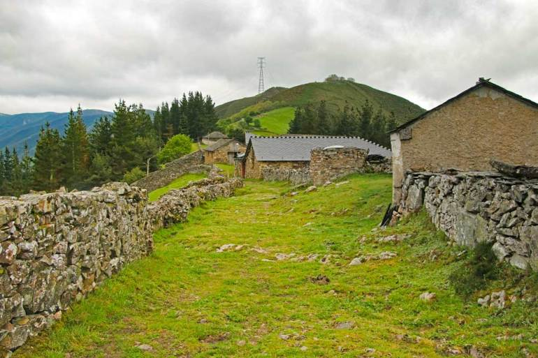 Two old houses in the middle of nowhere on the Camino