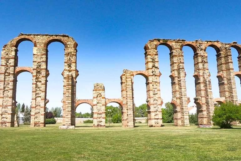The ruins of the Acueducto de los Milagros in Merida