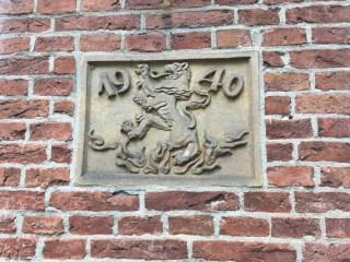 Gevelsteen ter herinnering aan de verwosting van het pand Smelbrêge 7 in Stiens door een bom in 1940 (31 augustus/1 september net na middernacht)
