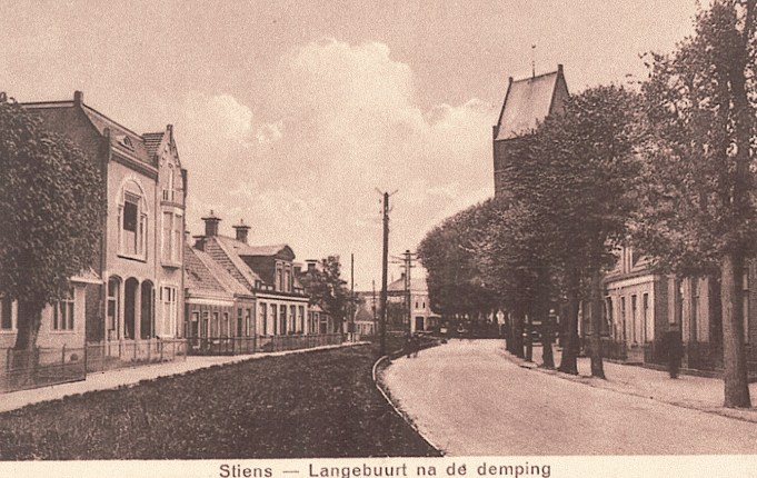 Smelbrêge links en de Langebuorren rechts na de demping van de Stienser Vaart in 1924. Archief Documentati