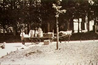 Sieger Zijlstra bij de supen-brijkarre ter hoogte van Smelbrêge 19. Ca. 1935 - 1940.
