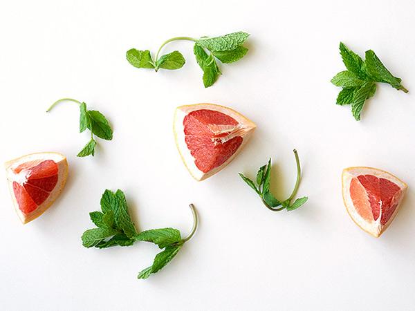Sparkling Grapefruit and Lillet Rosé Sangria // stirandstrain.com
