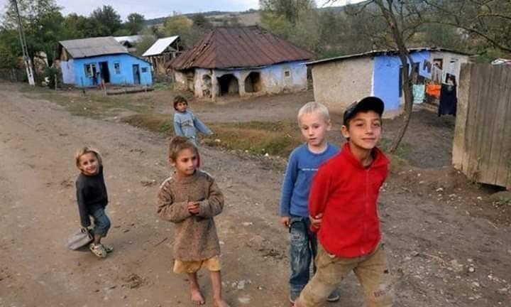 Ionuț, un copil dintr-un sat uitat de lume, nu poate ține pasul cu școala online. Băiatul nu are curent electric acasă