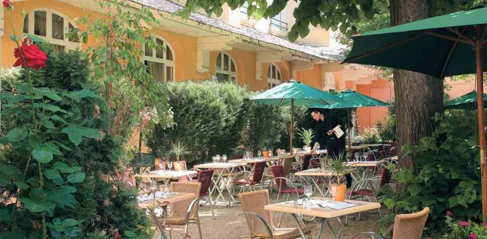 Petit déjeuner à l'ombre des tilleuls à l'hôtel du Puy en Velay