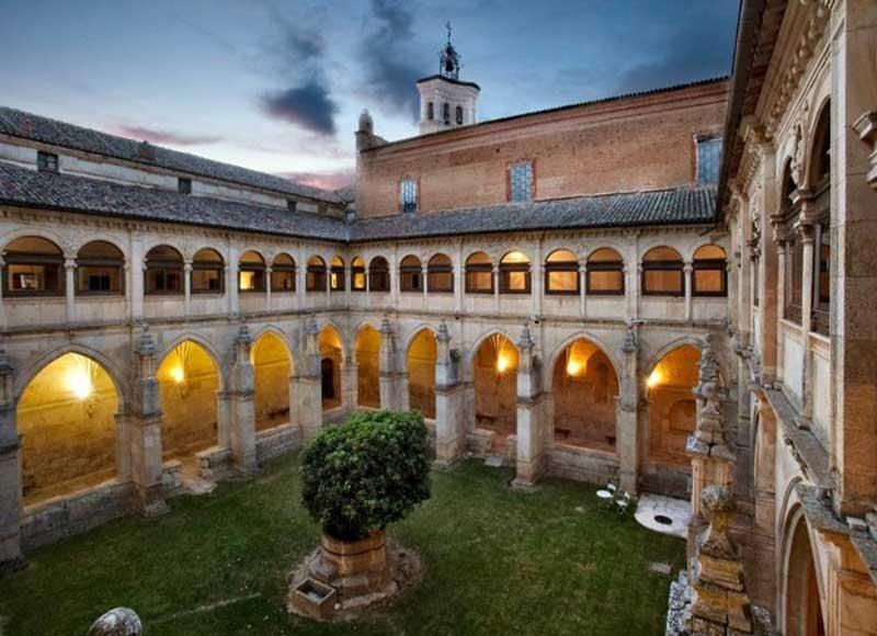 Hébergements dans des lieux insolites, le Monastère à Carrios de los Condes