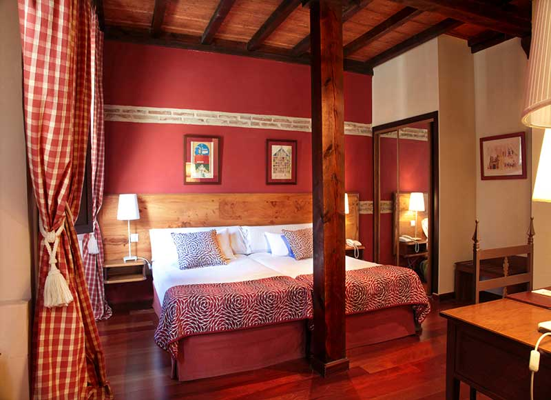 Charpente typique en bois pour cette chambre tout confort