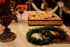 Чотири найважливіших символів весілля служби на tetropod: коронки, Євангеліє, загальна чашка, і вишиті рушники.