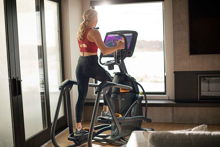 MXR21_LIFESTYLE_RETAIL21 MNPLS female ascent workout iFIT_back-angle_lores
