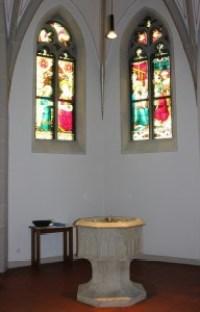 Taufkapelle mit gotischem Taufstein