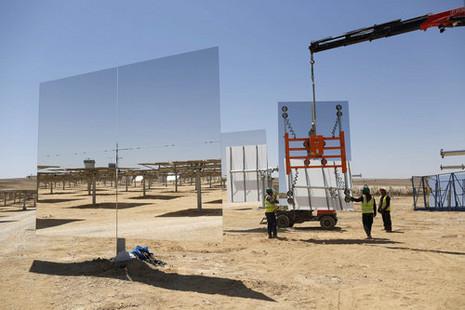 За рубежом пришли в восторг от израильской солнечной электростанции в Негеве: «Пустыня, полная зеркал». Фото: EPA