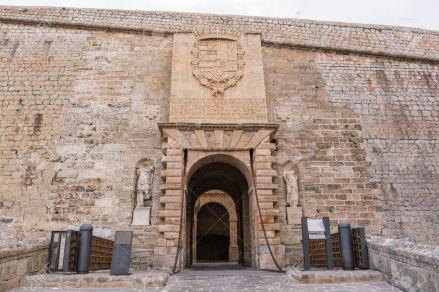 19507231-Puerta-de-entrada-de-Dalt-Vila-en-Ibiza-Espa-a-Foto-de-archivo