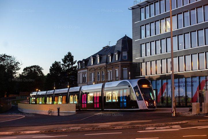 Tram in Place de l'Etoile