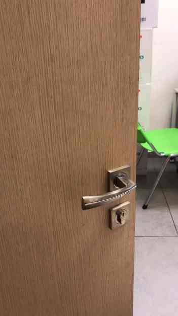 דלת משרד לפני התקנת מנעול אלקטרוני משולב קוד וקירבה