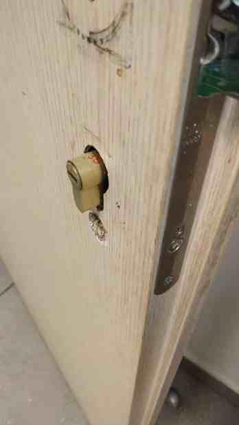דלת משרד בשלב התקנת קודן אלקטרוני
