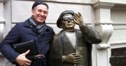 фото с железным дядькой на железной площади Стокгольма