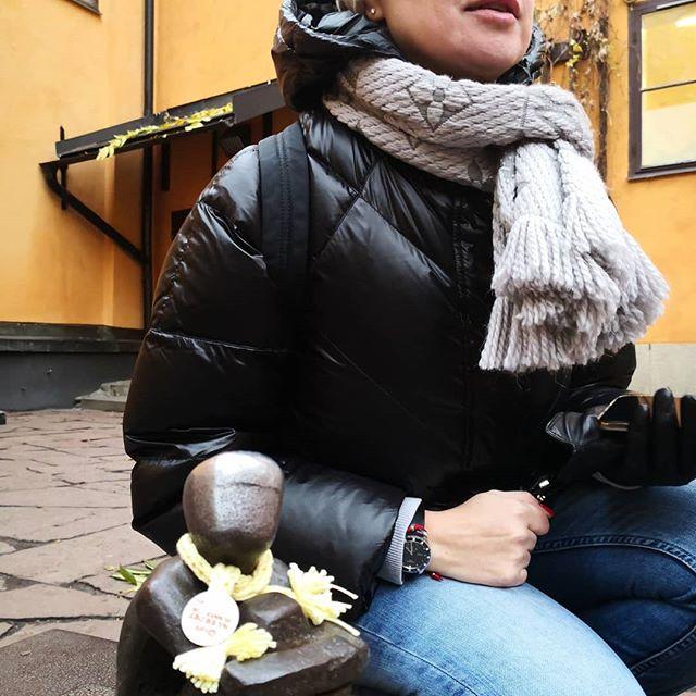 """- А какое ваше заветное желание? Есть тут у нас один мальчик, который их исполняет Называется """"железный"""", сидит под Луной... Да, ещё он местная #достопримечательность и считается самой маленькой скульптурой в Стокгольме. Интересно? Приезжайте, покажем! 😀"""