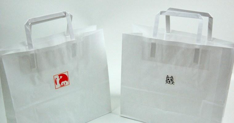 オリジナルの紙袋と店名プレート
