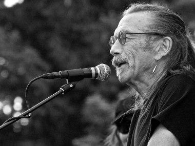 Dave Walker performing at S.L.A.M. 2014 in Bozeman, Montana with the Dave Walker band.   Foto Craig Spannring  https://upload.wikimedia.org/wikipedia/commons/4/47/DaveWalker-Bozeman-SLAMFest.jpg