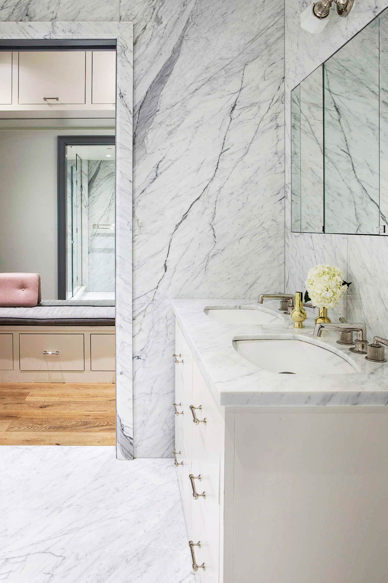 marble-countertop-in-luxury-bathroom