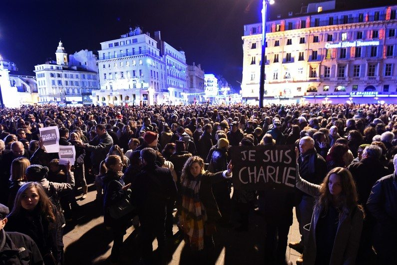 7776134821_une-manifestation-de-soutien-a-charlie-hebdo-a-marseille-le-7-janvier-2015