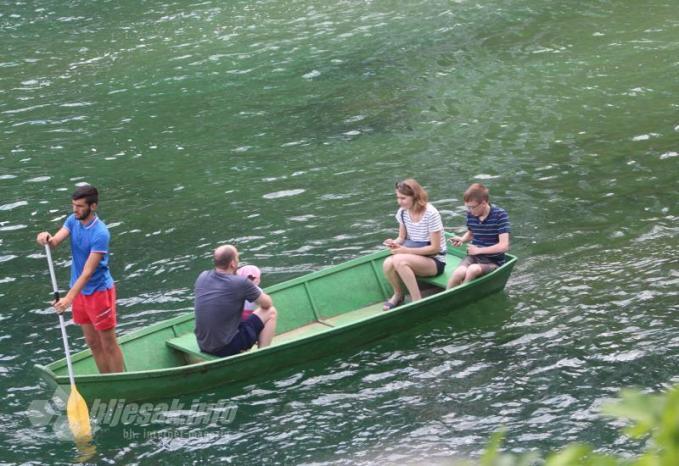 U ljepotama vodopada Kravica uživaju pretežito strani turisti - Vlasnici objekata uz hercegovačke rijeke: