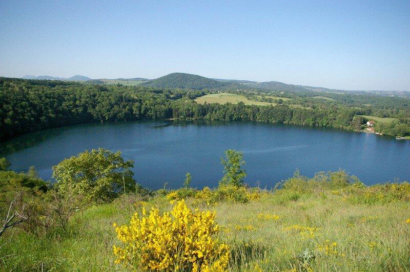 Vue sur le lac qui forme un cratère